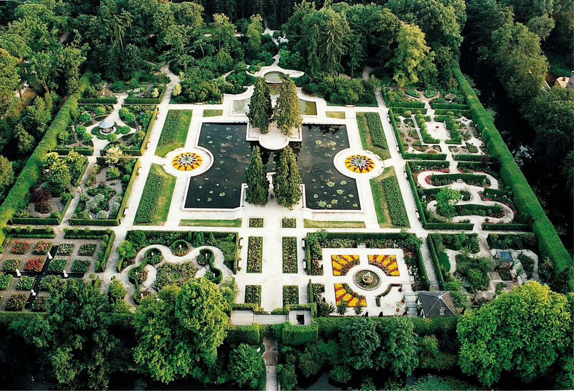 Very large garden with a sculpture in the middle separated by squares.
